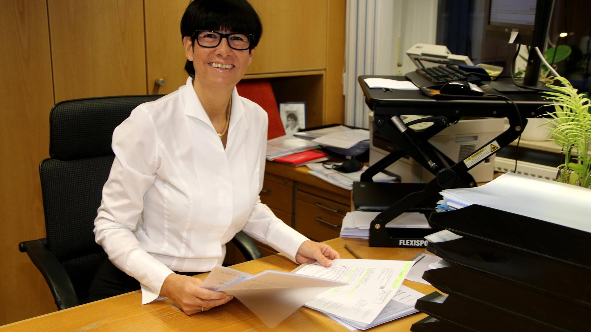 Anette Waidelich, Vorstandssprecherin der Raiffeisenbank Ersingen, an ihrem Schreibtisch.