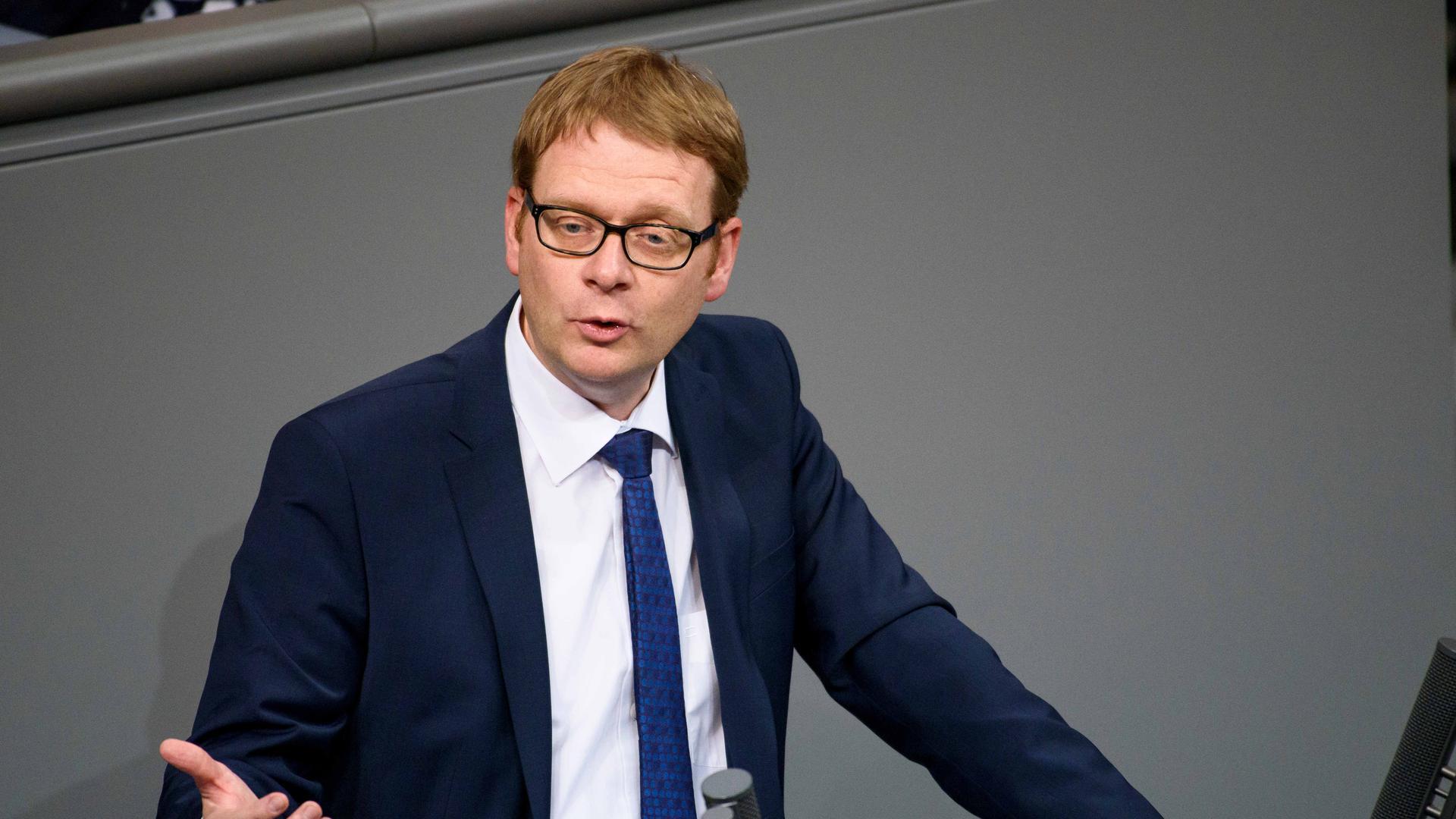 Der Bundestagsabgeordnete, Thomas Gebhart (CDU/CSU), spricht am 30.03.2017 während der Debatte über den Gesetzesentwurf «Getrennterfassung von wertstoffhaltigen Abfällen» im Rahmen der 228. Sitzung des Deutschen Bundestages in Berlin. Foto: Gregor Fischer/dpa ++ +++ dpa-Bildfunk +++