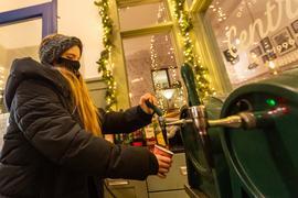 02.12.2020, Niedersachsen, Lüneburg: Käte, Mitarbeiterin eines Restaurants, schenkt Glühwein in einen Becher ein. Foto: Philipp Schulze/dpa +++ dpa-Bildfunk +++