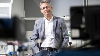 Hoffnungsvoll über die grüne Wasserstoffzukunft: Als Mitglied des Nationalen Wasserstoffrats sieht der Karlsruher Forscher Karsten Pinkwart Deutschland im globalen Wettbewerb um die klimafreundliche Energiequelle bestens aufgestellt.