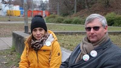 """Sie halten die Corona-Gefahr für übertrieben: Güzey Israel ist die treibende Kraft hinter den Querdenkern in Karlsruhe, Tobias Loose engagiert sich bei """"Eltern für Aufklärung und Freiheit""""."""