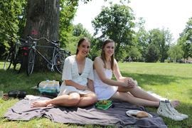 Abkühlung bei Sektfrühstück im Schlossgarten: Die beiden KIT-Studentinnen Sarah Deskovski (links) und Clara Schragmann finden die aktuelle Hitze nicht so schlimm.
