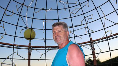 Glaubt nicht an außerirdische Besucher auf der Erde: Hobby-Astronom Roland Zimmermann vor seinem selbst gebauten mechanischen Planetarium in der Sternwarte Kraichtal.