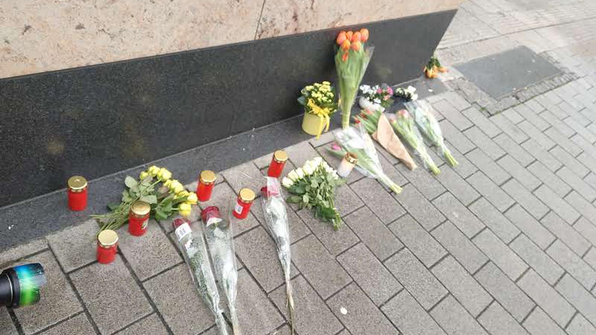 Blumen an einer Hausecke gegenüber vom Anschlagsort. Bis zum Abend des 19. Februar 2020 waren es hunderte.