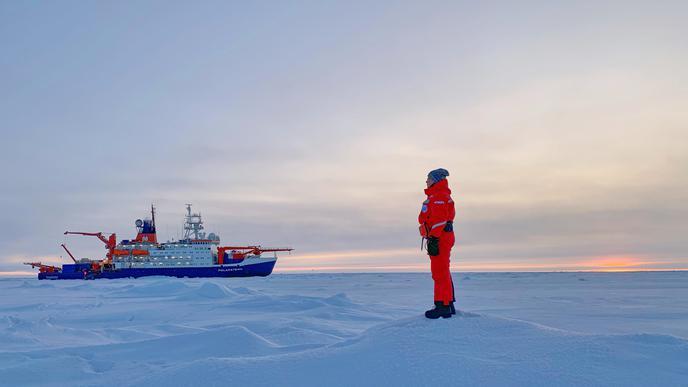 Leben und Arbeiten unter Extrembedingungen: Die Teilnehmerin der Expedition Mosaic in der Arktis trägt zum Schutz vor der Extremkälte Spezialschuhe und eine wind- und wasserdichte Spezialkleidung in grellen Farben, um in der Eiswüste besser gesehen zu werden.