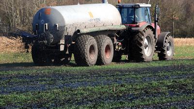 ARCHIV - 17.03.2009, Niedersachsen, Zeven: Mit Klärschlamm wird auf einem Feld bei Zeven (Kreis Rotenburg-Wümme) der Dünger für den geplanten Maisanbau aufgebracht. (zu dpa «Kritik an Klärschlamm-Importen aus Niedersachsen - «MV als Müllkippe» vom 21.03.2019) Foto: Ingo Wagner/dpa +++ dpa-Bildfunk +++