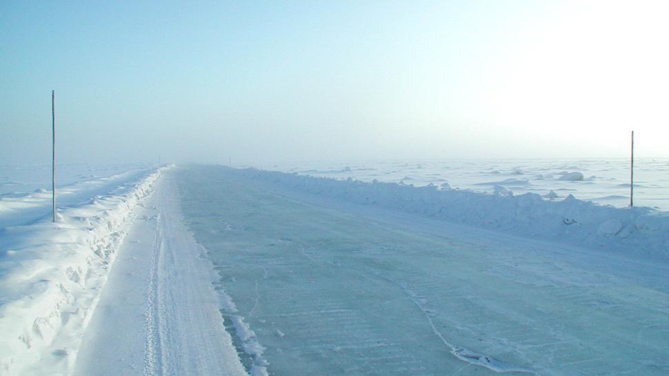 """Was wie eine verschneite Landstraße aussieht, ist eine temporäre """"Eis-Autobahn"""" auf dem sibirischen Fluss Lena im Winter."""