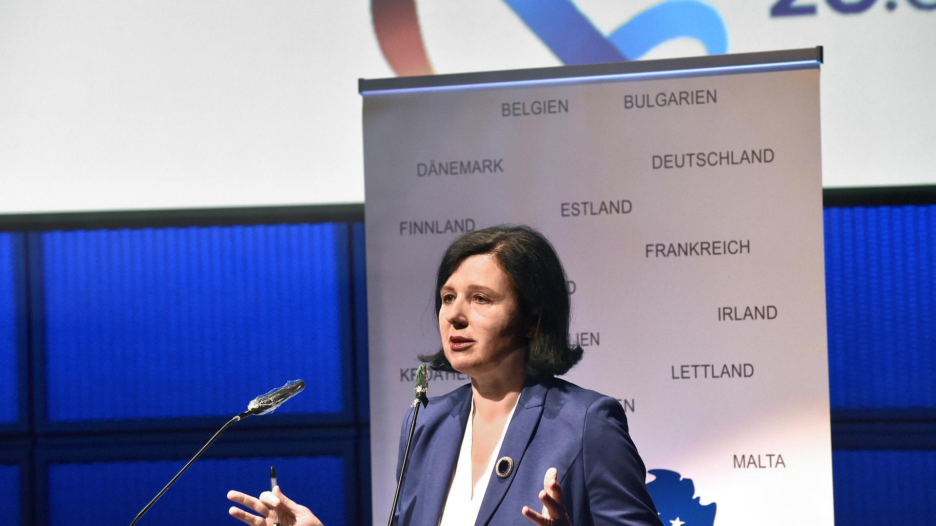 Sorge um demokratische Fundamente Europas: EU-Kommissarin Vera Jourová will in einer Studie die Rechtssysteme der Mitgliedstaaten vergleichbar machen.