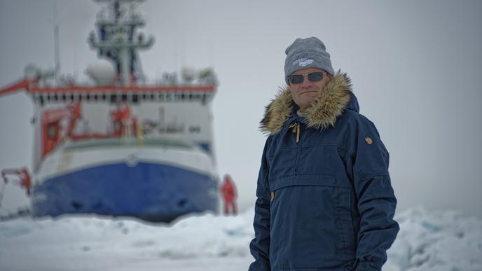 """Erfahrener Forschungsreisender: Mosaic-Expeditionsleiter Markus Rex vor dem Eisbrecher """"Polarstern""""."""