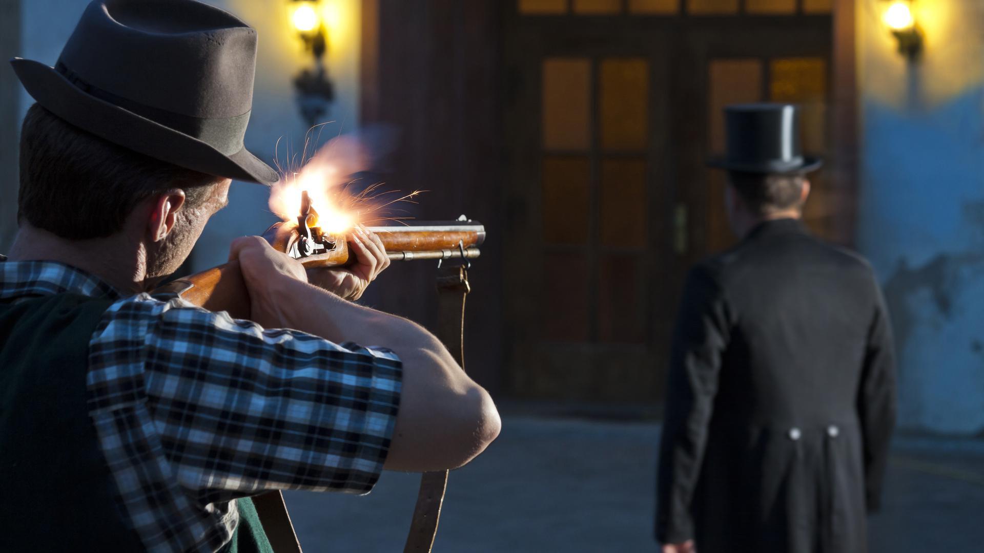 Nachgestellte Szene vom Mord des Bönnigheimer Bürgermeisters. Ein Mann schießt mit einem historischen Gewehr auf einen Mann mit Frack und Zylinder