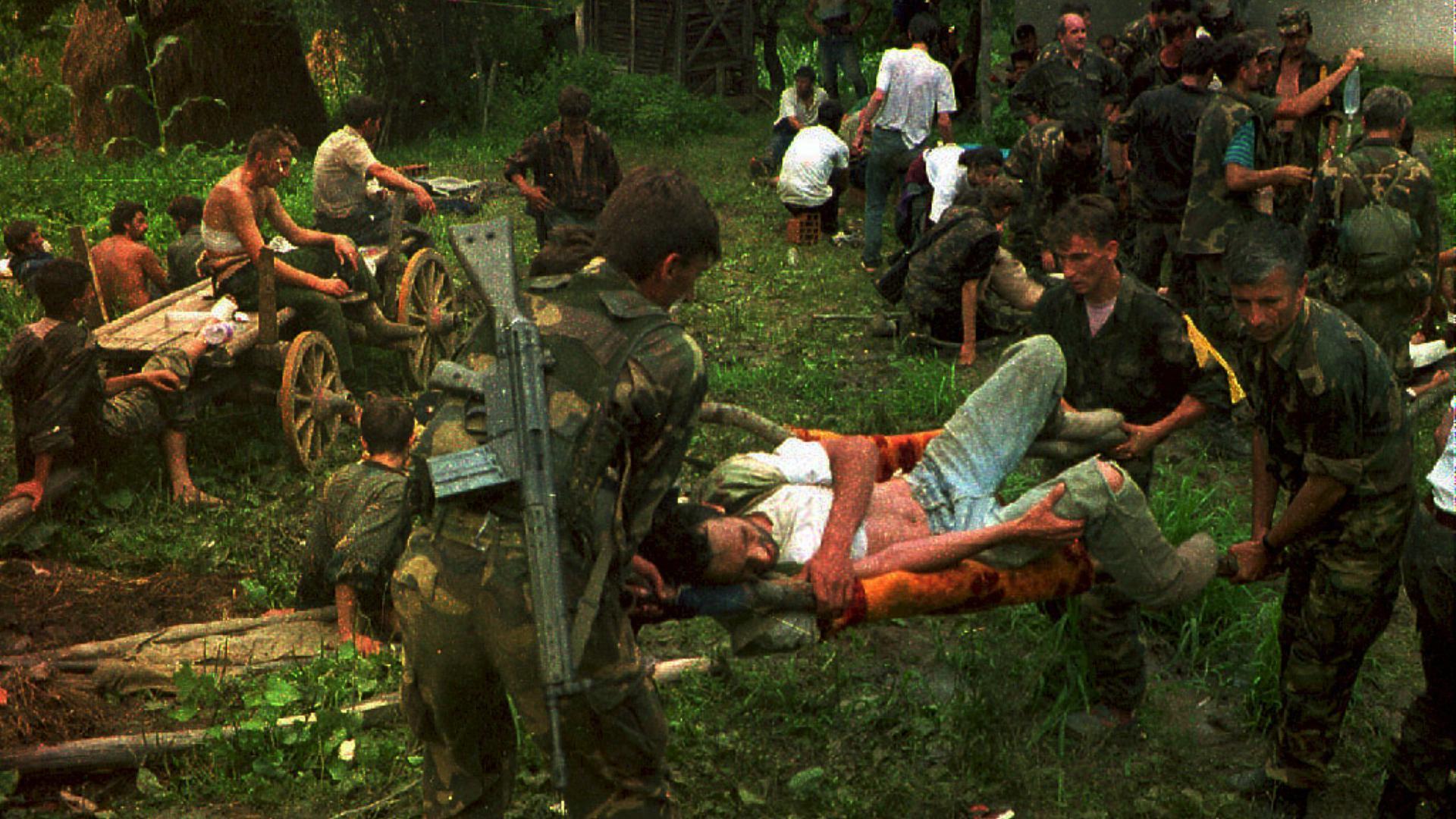 Bild des Krieges: Bosnier ziehen mit ihren verwundeten Kameraden durch die serbischen Linien in den Wäldern. Es herrschen Todesangst und große Ungewissheit.