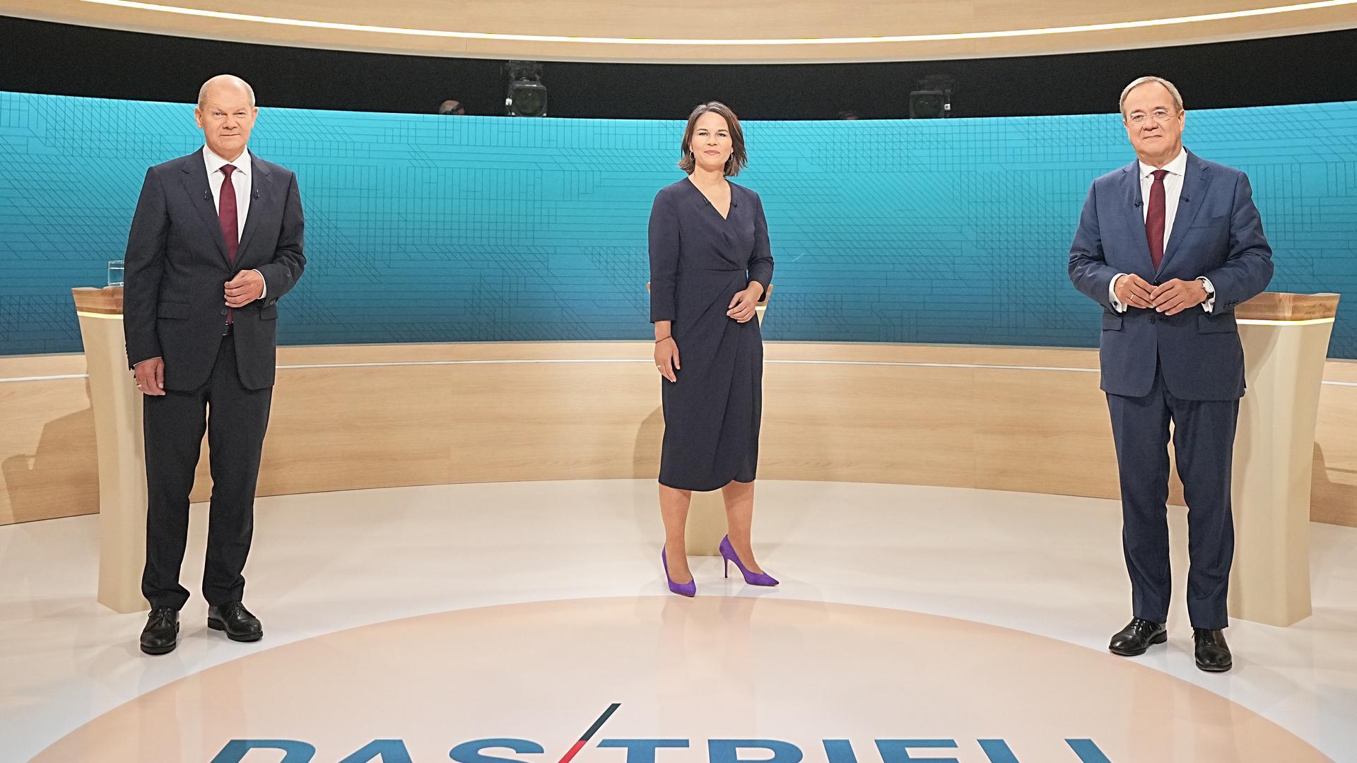 Kanzlerkandidat Olaf Scholz (SPD, l-r), Kanzlerkandidatin Annalena Baerbock (Bündnis90/Die Grünen) und Kanzlerkandidat Armin Laschet (CDU) stehen im Fernsehstudio. Die Kanzlerkandidaten von Bündnis 90/Die Grünen, CDU und SPD, Baerbock, Laschet und Scholz treffen in einer TV Diskussion bei ARD und ZDF aufeinander. +++ dpa-Bildfunk +++