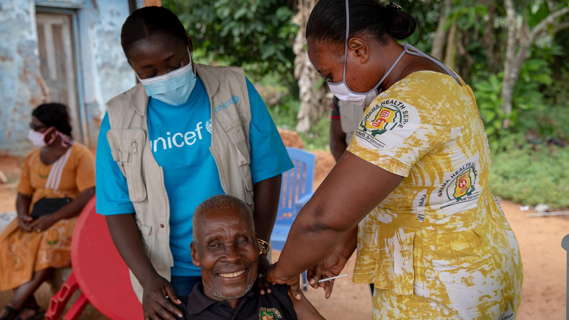 Noch große Lücken in der globalen Kampagne: Wer sich wie dieser Landwirt in Ghana gegen das Coronavirus impfen lassen kann, zählt heute insbesondere auf dem afrikanischen Kontinent zu den wenigen Glücklichen. Hier beträgt die Impfquote nur drei Prozent.
