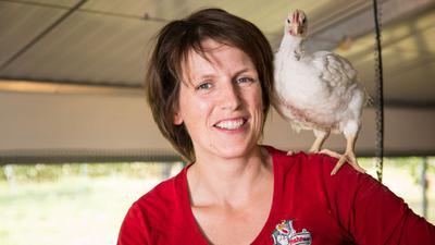 Anne Körkel aus Kehl hält Hähnchen und Hühner - und ist von der Qualität des Fleisches überzeugt.