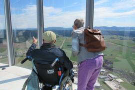 Mann im Rollstuhl auf dem Rottweiler Aufzugsturm
