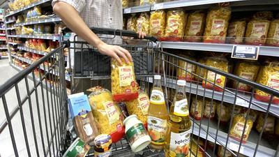 Heimische Produkte im Einkaufswagen:  Auf den Etiketten im Supermarkt dominiert die Region.  Aber ist auch überall Heimat drin, wo Heimat drauf steht?