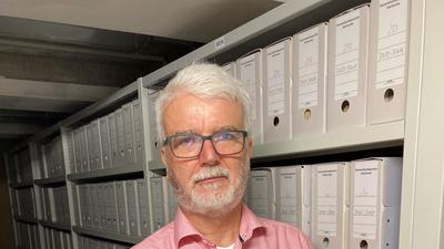 Historie in den Händen: Die Ermordung von Matthias Erzberger bewegt Archivdirektor  Wolfgang Zimmermann, hier im Generallandesarchiv Karlsruhe.