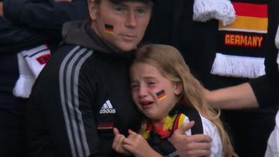 Trauer eines kleinen Fußballfans: Das Bild aus dem Spiel Deutschland gegen England Im Wembley-Stadion weckte nicht bei allen Menschen Mitgefühl mit dem bitter enttäuschten Mädchen und ihrem Vater auf der Zuschauertribüne: In den sozialen Netzwerken gab es auch hasserfüllte Kommentare.