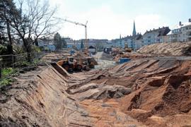 Ein riesiger Sandkasten ist in dem großen Gartengebiet zwischen den Häuserzeilen der Hardtwaldsiedlung in der Oststadt entstanden. Das große Buddeln bringt die Gruben für attraktive Neubauten der Baugenossenschaft.
