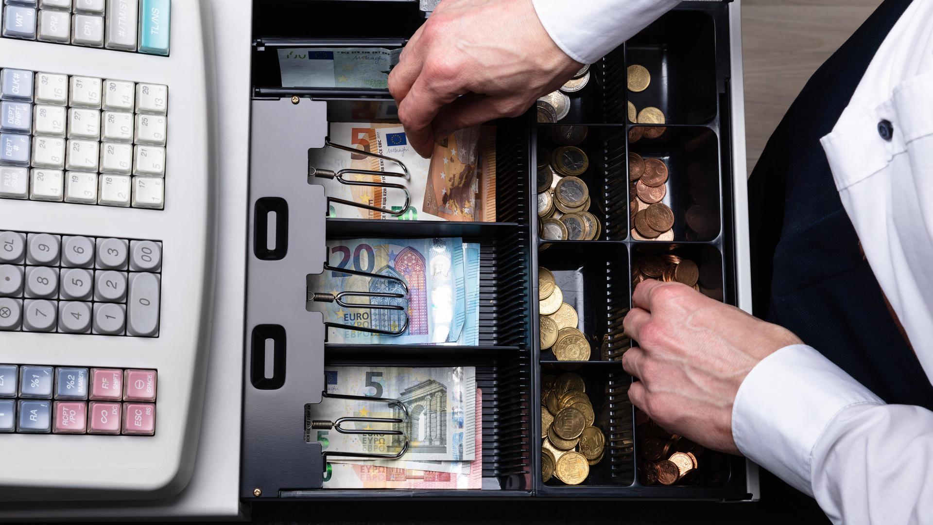 Bargeld lacht: Das Finanzamt versucht mit Bonpflicht und Sicherungssoftware für mehr Steuerehrlichkeit bei Bargeld-Geschäften zu sorgen. Eine Pflicht, moderne Kassen einzusetzen, besteht aber nicht. Dagegen klagt ein Wirt aus Ravensburg.