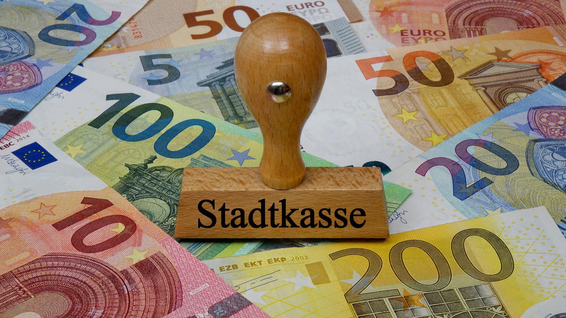 Geld für Schulden: In Zeiten von Negativzins könnten Kommunen ihre Schulden nutzen, um Geld zu verdienen, sagt ein Experte. Karlsruhe macht es vor, wenn bislang auch in bescheidenem Rahmen.