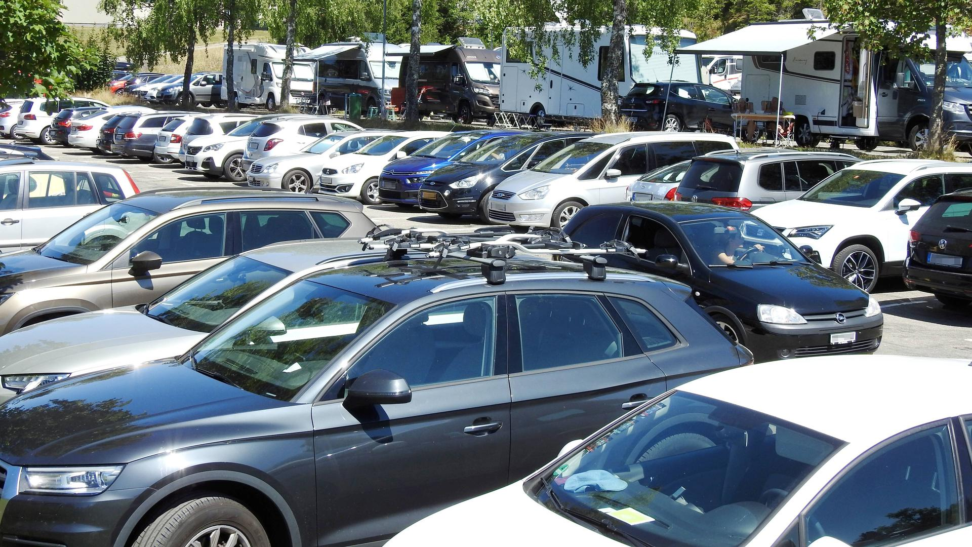 Motorhome Wohnmobile und Autos auf Parkplatz in Titisee Schwarzwald Deutschland