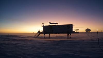 """Ein Gewächshaus in der antarktischen Eiswüste: Im Forschungsprojekt """"Eden ISS"""" wollen die Wissenschaftler herausfinden, wie sich mit wenig Energie und Aufwand Gemüse züchten lässt. Das Wissen könnte für spätere Mond- und Mars-Expeditionen sehr wertvoll sein."""