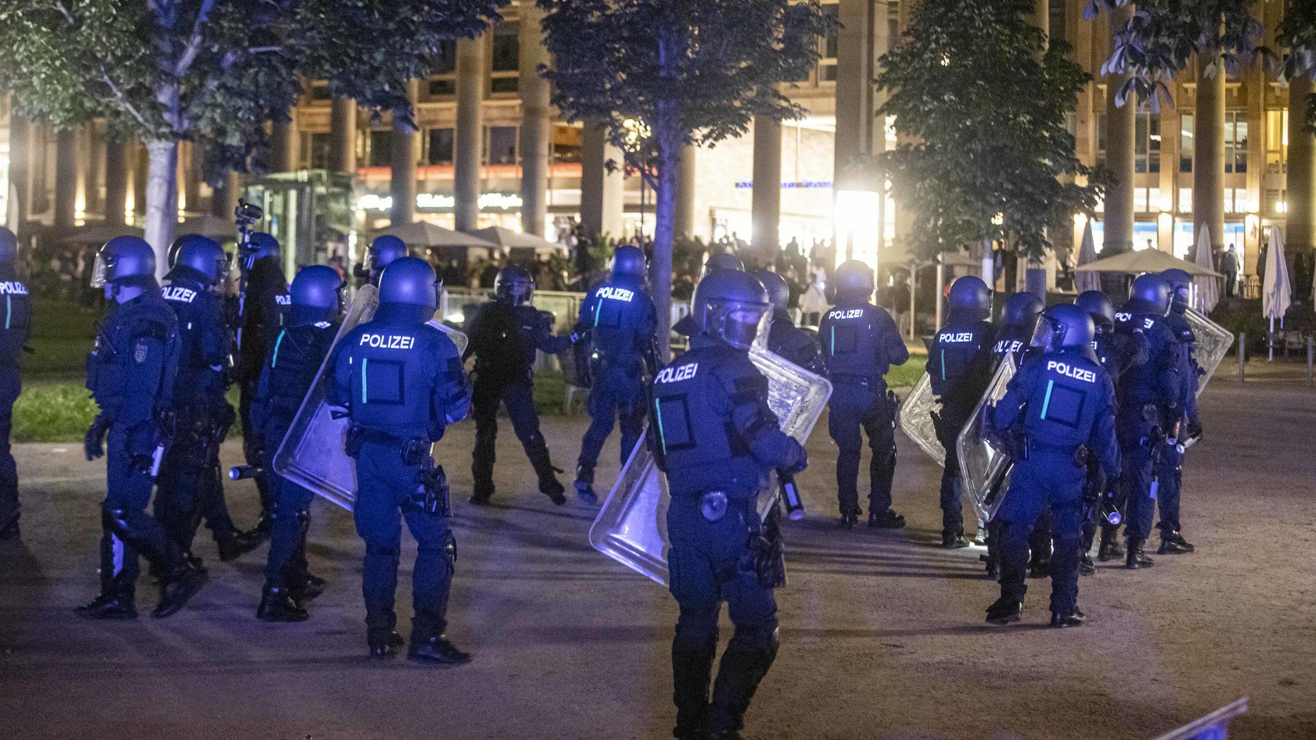 Die Randale-Nacht von Stuttgart hat wohl nicht nur für die Plünderer ein Nachspiel. Gegen einen Polizeibeamten wird wegen einer rassistischen Äußerung ermittelt.