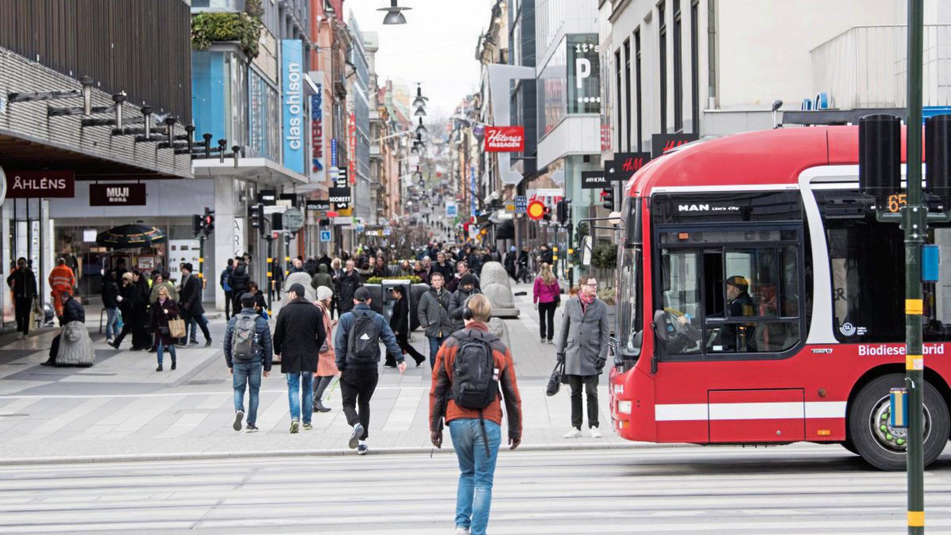 """Zwischen Vorsorge und Normalität: In der Innenstadt von Stockhom ist von """"social distancing"""" wenig zu spüren."""