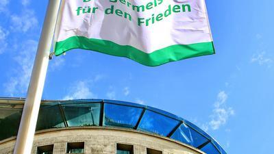 """Protest gegen Atomwaffen: Am 8. Juli hisste Karlsruhe vor dem Neuen Ständehaus die Fahne des globalen Netzwerks """"Mayors for Peace"""", um ein Zeichen für eine friedliche Welt zu setzen."""