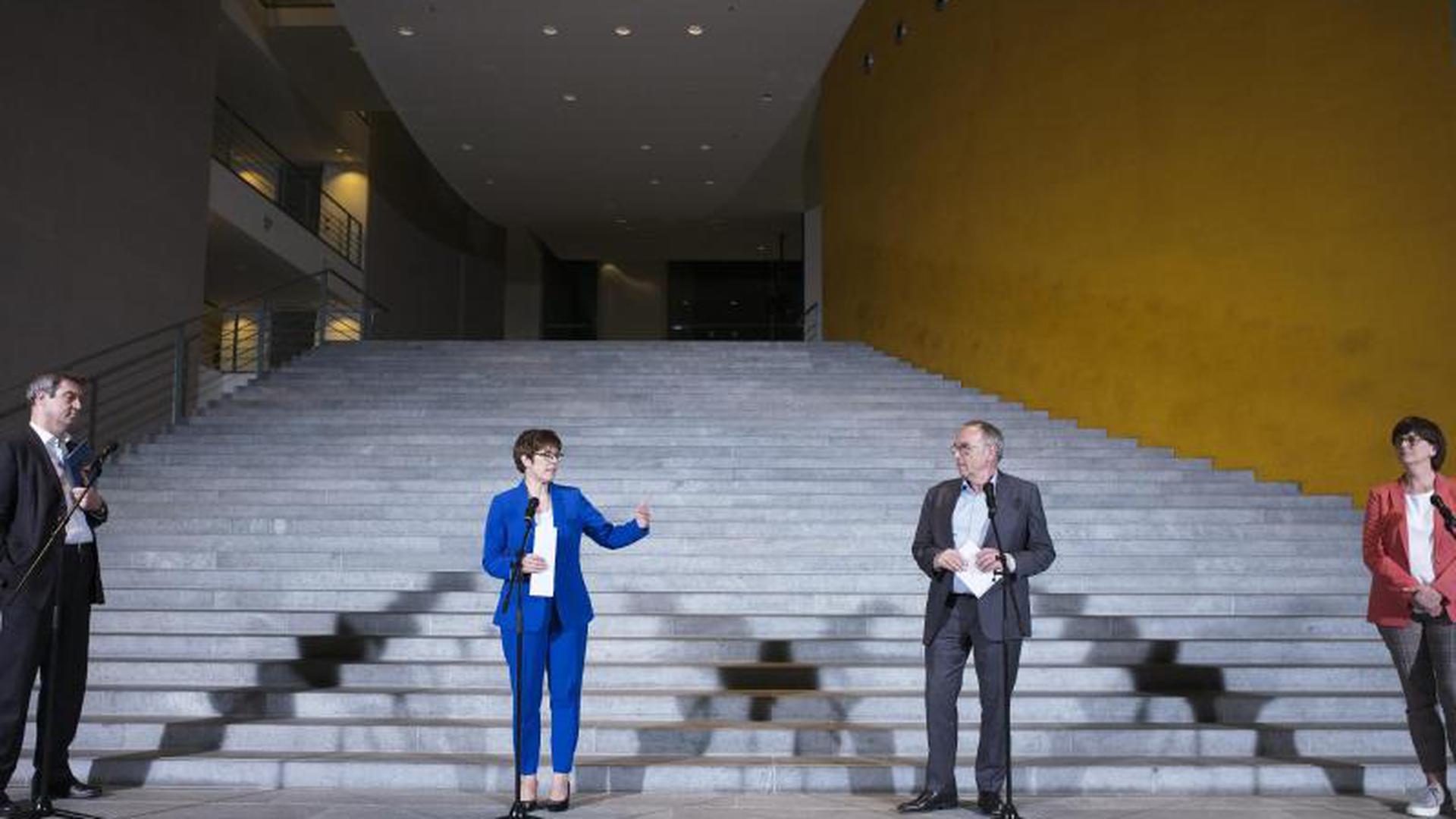 Markus Söder (CSU, von links nach rechts), Ministerpräsident von Bayern, Annegret Kramp-Karrenbauer, Vorsitzende der CDU, Norbert Walter-Borjans, Vorsitzender der SPD, und Saskia Esken, Vorsitzende der SPD, sprechen nach der Sitzung zu Journalisten.