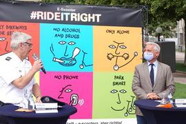 """Franz Lutz (l), Stuttgarter Polizeipräsident, und  Thomas Strobl (CDU), Innenminister von Baden-Württemberg, präsentieren die Präventionskampagne """"rideitright"""" zum sicheren Umgang mit E-Scootern."""