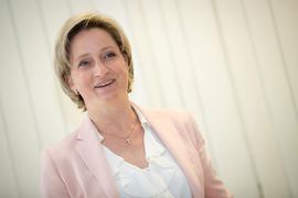 Nicole Hoffmeister-Kraut (CDU), Wirtschaftsministerin von Baden-Württemberg, lächelt.