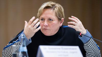 Susanne Eisenmann (CDU), Ministerin für Kultus, Jugend und Sport von Baden-Württemberg, gestikuliert.