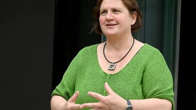 Kultusministerin Theresa Schopper (Grüne) steht vor dem Landtag von Baden-Württemberg.