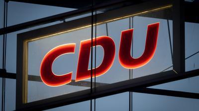 Das CDU-Logo leuchtet in der CDU-Zentrale, dem Konrad-Adenauer-Haus.