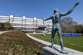 Eine Statue von Poseidon weist im Park den Weg zum Europapalast, dem Sitz der Parlamentarischen Versammlung des Europarates in Straßburg. 47 Staaten sind hier vertreten.
