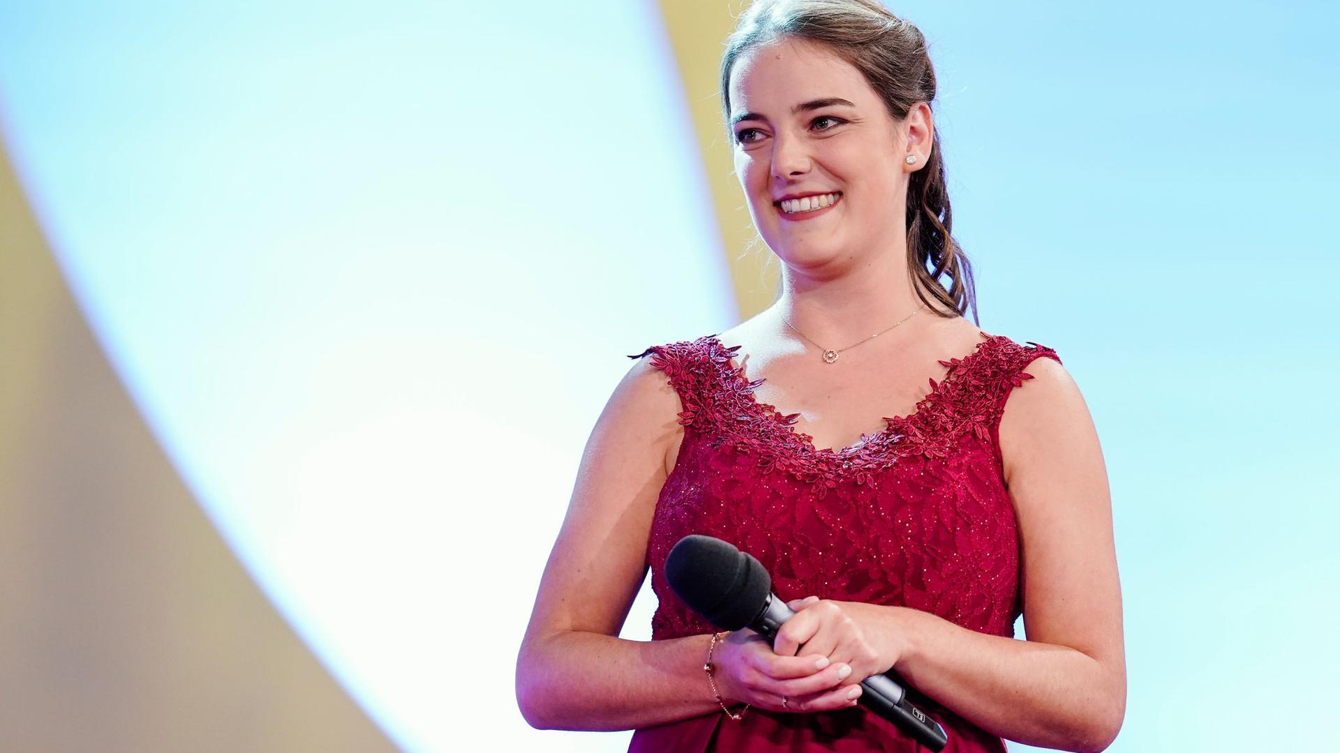 Eva Lanzerath bei der Wahl und Krönung der Deutschen Weinkönigin