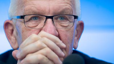 Baden-Württembergs Ministerpräsident Winfried Kretschmann(Grüne) nimmt an einer Pressekonferenz teil.