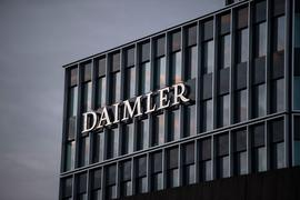 Das Logo der Daimler AG ist an der Konzernzentrale im Mercedes Benz-Werk in Untertürkheim zu sehen.