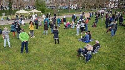 """Menschen nehmen nahe der Theresienwiese an einer Demonstration der Initiative """"Querdenken"""" teil."""