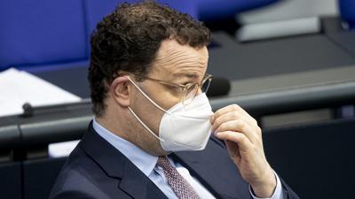 29.01.2021, Berlin: Jens Spahn, Bundesgesundheitsminister, fasst sich während der Debatte der Plenarsitzung zum Thema FFP2-Masken an seine Maske. Themen sind unter anderem die Verabschiedung der Elterngeld-Reform und eine Aktuelle Stunde zum Atomwaffenverbotsvertrag. Foto: Fabian Sommer/dpa +++ dpa-Bildfunk +++