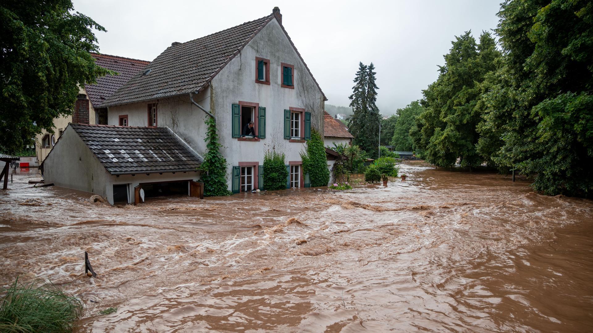 Die Kyll ist in Erdorf über die Ufer getreten und hat Teile des Dorfes geflutet.