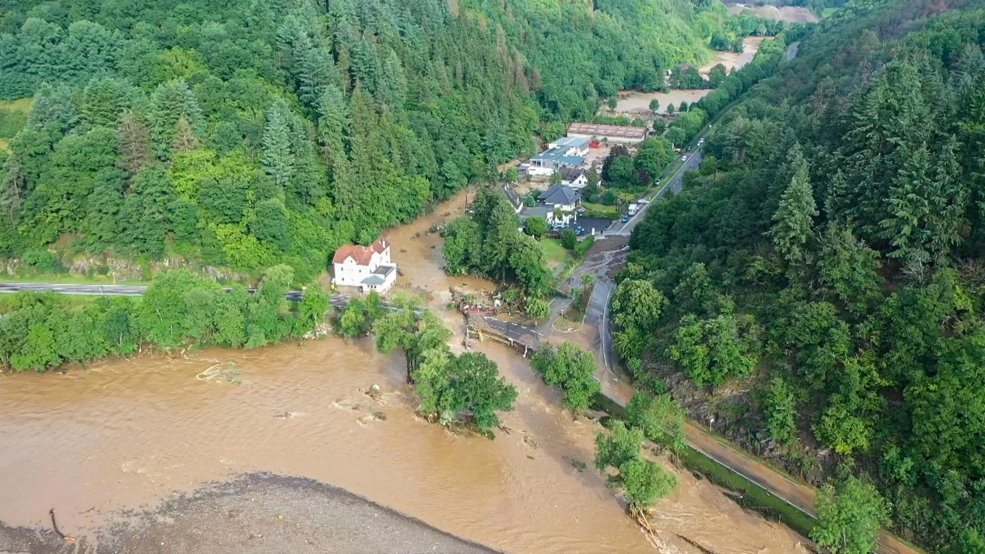 Die mit einer Drohne gefertigte Aufnahme zeigt die Verwüstungen die das Hochwasser der Ahr in dem Eifel-Ort angerichtet hat.