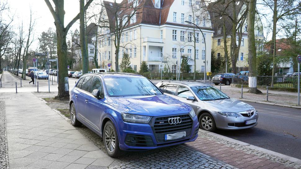 Mancher SUV-Fahrer parkt sogar direkt auf dem Gehsteig, so wie hier in Berlin.