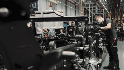 Mit Mundschutz am Montage-Band: Im Mercedes-Benz-Werk Wörth läuft die Produktion unter erschwerten Bedingungen.