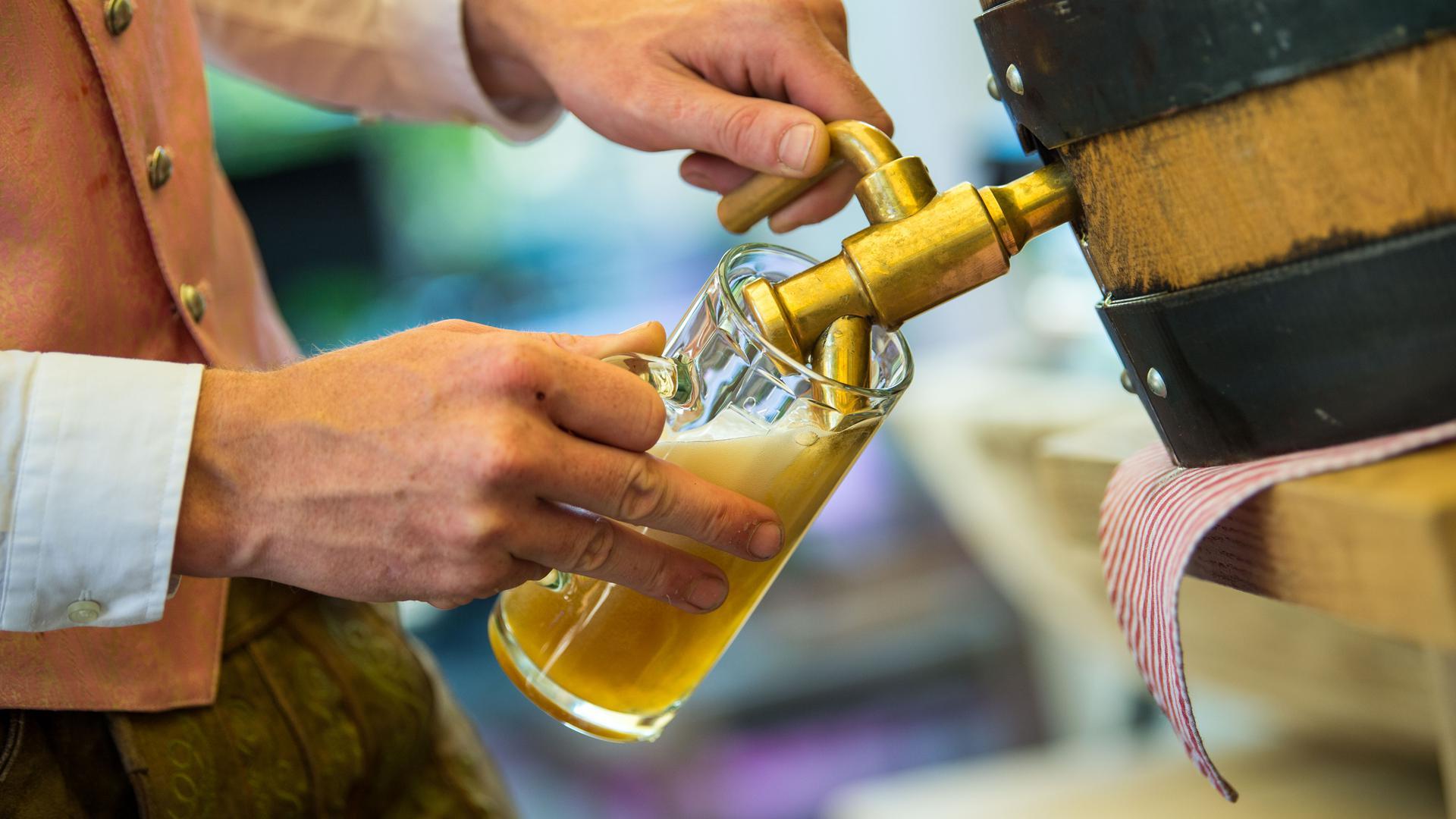 Ein Wirt schenkt Bier aus