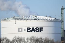 Das Logo des Chemiekonzerns BASF ist auf einer Industrieanlage auf dem Werksgelände in Ludwigshafen angebracht.