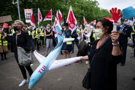 Flugbegleiter von Tuifly demonstrieren während der Aufsichtsratssitzung vor dem Gebäude der Tui Group in Hannover.