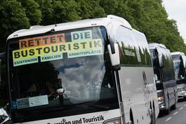 Ein Korso aus Reisebussen fordert staatliche Hilfen für Bus-Unternehmen.